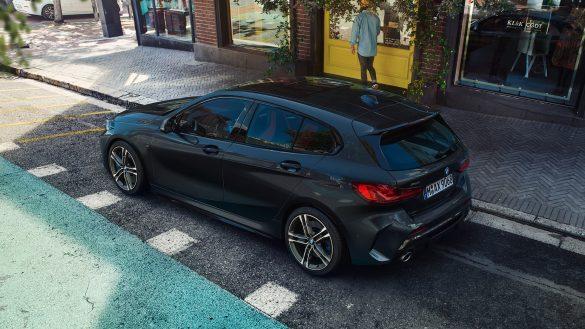 BMW M135i xDrive von links hinten
