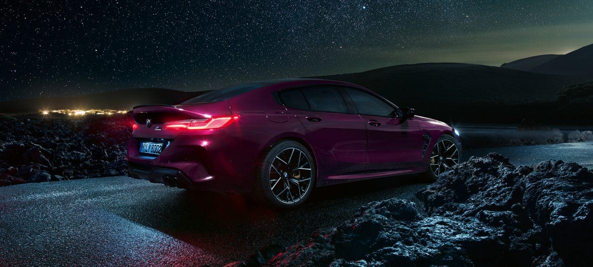 BMW M8 Competition Gran Coupé F93 2020 BMW Individual Ametrin metallic Dreiviertel-Seitenansicht von hinten