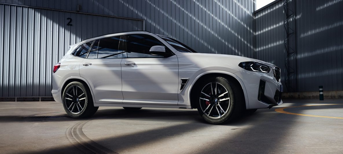 BMW X3 M F97 LCI Facelift 2021 Alpinweiß Seitenansicht stehend